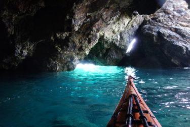 """シーカヤックに乗って、常神半島にある""""青の洞窟""""でキラッキラに光るブルーな海を満喫"""