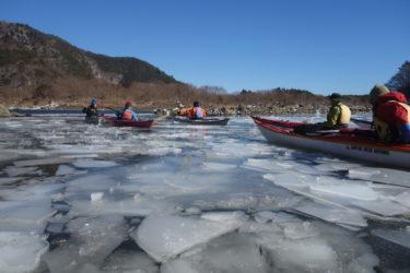 凍った精進湖をシーカヤックで砕氷カヤッキング!